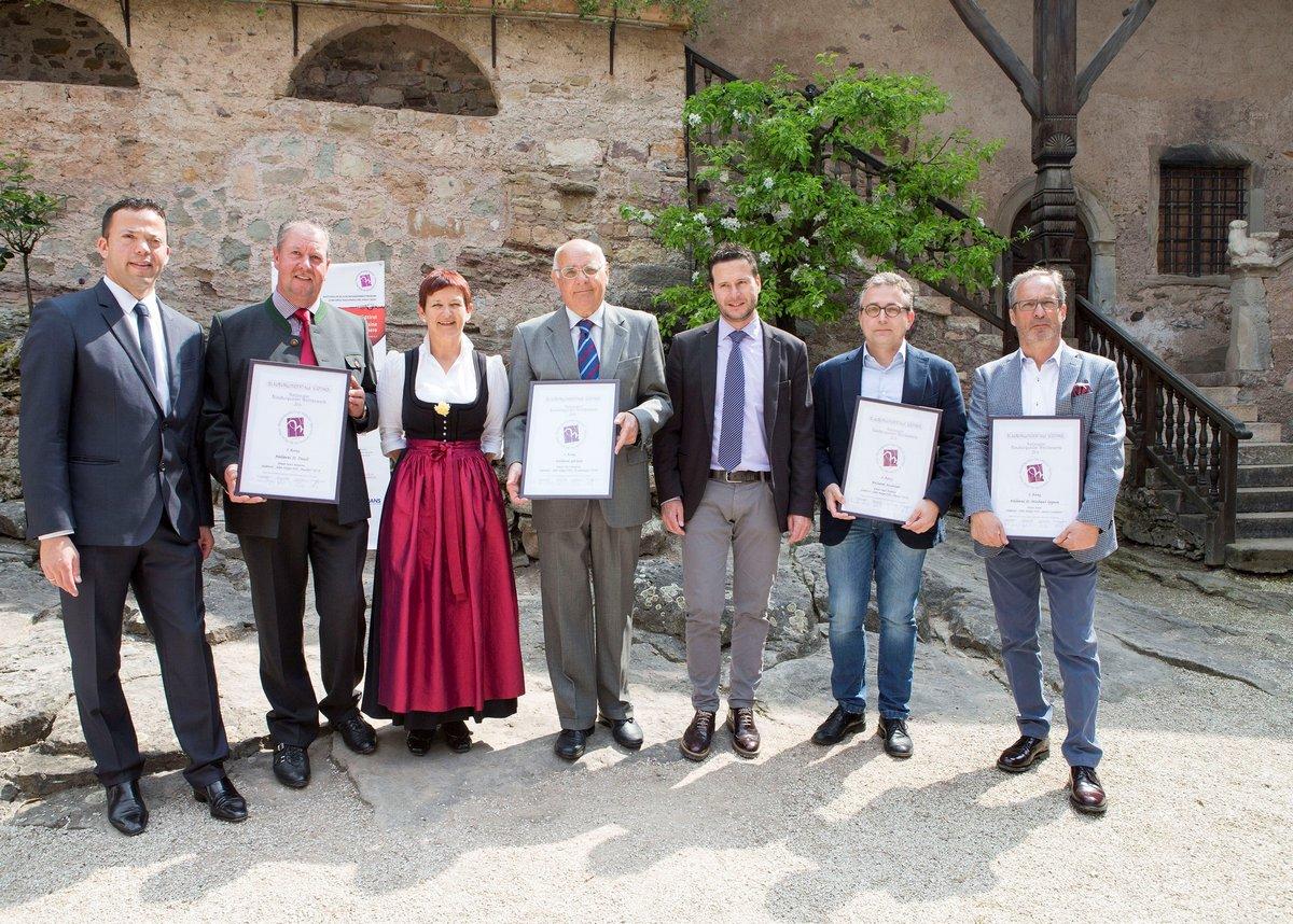 Die vier Erstplatzierten des 15_Nationalen BBS Wettbewerbs mit den Buergermeistern u BBS Praesidenten_Foto blauburgunder.it_GP