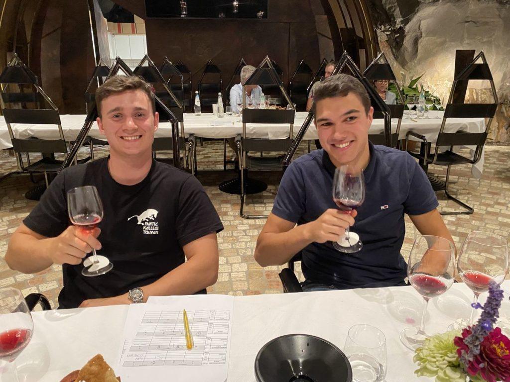 Es haben auch einige junge Produzenten die Auswahl zur Landesweinkost geschafft und das mit Erfolg. Tizian Scarizuola und Simon Dissertori (v.l.) kamen mit ihren Weinen unter die Top 3